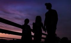 Anochecer en familia (cybersoftdesign) Tags: atardecer cielo contraluz nikon d5100 18105mm personas sombras