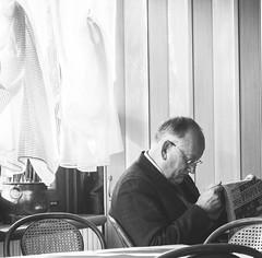 (Laurent Groumpf) Tags: bw coffee café reader journal caffè lecteur s3pro