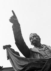 L'(in)Felice Cavallotti (sirio174 (anche su Lomography)) Tags: cavallotti felicecavallotti infelice como statua monumento additare dito finger