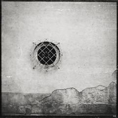 Another hole in the wall (*altglas*) Tags: 6x6 window analog zeiss mediumformat fenster expired folder gitter expiredfilm superikonta tessar mittelformat 53316 svema svema64