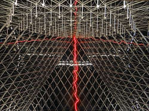 L'artiste Claude Lévêque sanctifie la pyramide du Louvre