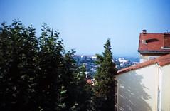 103F Grasse (Rdiger Stehn) Tags: france analog 35mm frankreich europa grasse sommer urlaub slide dia scan 1978 provence 1970s landschaft bauwerk gebude sdfrankreich alpesmaritimes sdeuropa profanbau analogfilm kleinbild 1970er provencealpesctedazur busausflug minoltasrt100x canoscan8800f kbfilm mittelmeerraum diapositivfilm