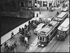 09-00-1949_06624 Verkeer op Koningssluis (IISG) Tags: auto bridge window car amsterdam bike bicycle shop traffic reclame tram winkel 17 brug publicity fiets vannelle gvb parkeren verkeer etage tramhalte 644 advertissement tram1 benvanmeerendonk gemeentevervoerbedrijf