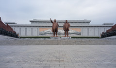 Statues des présidents - colline Mandsudae (jonathanung@ymail.com) Tags: statue bronze lumix asia korea kimjongil asie kp nord northkorea pyongyang corée dprk cm1 koryo kimilsung coréedunord insidenorthkorea républiquepopulairedémocratiquedecorée rpdc lumixcm1 mandsudae