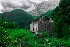 Come with me i want to show you something (danielfreidl1) Tags: italy house mountains green weather nikon photographie border ruin destroyed colorblindness deuteranopia d7200