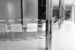 Round table (heinzkren) Tags: brnn brno tschechien villa tugendhat villatugendhat mbel architektur bro 1929 ludwigmiesvanderrohe bauwerk moderne moden stil baustil wintergarten wohnraum ebenholz unesco denkmal unescoweltkulturerbe weltkulturerbe besprechungstisch esstisch tisch sessel stuhl kunstgeschichte sdmhren raum room furniture style styling