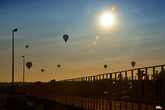 Balloons under the sun (Otacílio Rodrigues) Tags: balões balloons hotair passareladepedestres grades guardrail pedestrianwalkway sol sun contraluz againstthelight postes lampposts resende brasil festival oro arquente balonismo ballooning céu sky