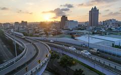 #365Project 336/365 (Bamtography) Tags: 365project nikon nikond7000 nikkor24mm128d taiwan taipei sunset sun road landscape