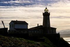 CFR3308 El Faro de Avilés o Faro de San Juan (Carlos F1) Tags: light sea cliff costa lighthouse house luz water backlight contraluz faro coast mar spain agua nikon san juan asturias acantilado principado d300 cantabrico nieva principadodeasturias