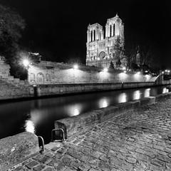 IMG_1106-Modifier.jpg (ruedesphotos) Tags: bw paris france noiretblanc nb bynight nuit notredamedeparis voyages quaideseine typedephoto typedelumiere