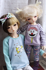 Tigerlou & Wedge. (icantdance) Tags: sweater raglan ironon fairyland wedge twiggy piki elfdoll tigerlou yosd icantdance littlefee