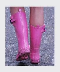 Gummistiefel_kaputt_an Bushaltestelle (yvonne_2.0) Tags: rosa wellies galoshes rubberboots gummistiefel leaky rainboots löcher undicht squelchy