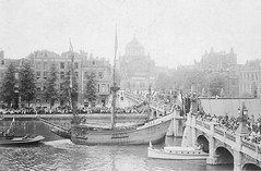 In 1909 a replica of Henry Hudson's ship the Halve Maen was given to the United States by the Kingdom of the Netherlands on the occasion of the 300th anniversary of Hudson's voyage. Here it is drawing a crowd while leaving Amsterdam in 1909 [OS][2407x1580 (Histolines) Tags: voyage history netherlands amsterdam by leaving was is ship drawing anniversary united crowd kingdom it here retro replica henry timeline while states occasion given maen 1909 hudsons in 300th vinatage halve historyporn histolines os2407x1580 httpifttt1rm6ku4