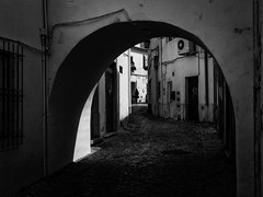 Arco (Vitor Pina) Tags: street city cidade people urban woman man streets men monochrome contrast dark photography pessoas moments shadows outdoor candid mulher streetphotography urbano rua scenes pretoebranco momentos