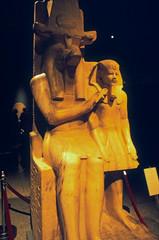 Ägypten 1999 (268) Luxor-Museum: Krokodilgott Sobek mit Pharao Amenophis III (Rüdiger Stehn) Tags: afrika ägypten egypt nordafrika 1999 winter urlaub dia analogfilm scan slide 1990er 1990s oberägypten südägypten aṣṣaʿīd diapositivfilm analog kbfilm kleinbild canoscan8800f canoneos500n 35mm luxor misr مصر altägypten altertum archäologie antike statue museum luxormuseum ausstellungsstück exponat ägyptologie theben thebenost الأقصر aluqṣur reise reisefoto
