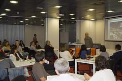 En la imagen se puede ver al público que ha asistido a la jornada atendiendo al discurso de presentación del alcalde.