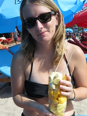 """Fruits frais sur la plage de Sihanoukville <a style=""""margin-left:10px; font-size:0.8em;"""" href=""""http://www.flickr.com/photos/83080376@N03/16014287418/"""" target=""""_blank"""">@flickr</a>"""