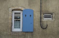 ;-) (Bluefab) Tags: facade bleu reflet maison sourire volet trfles