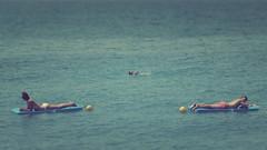 gli opposti si attraggono (Rino Alessandrini) Tags: sea relax mare opposite tan vacancy vacanza abbronzatura opposti speculare