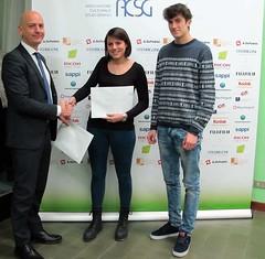 Andrea Alice Bronzetti e Federico Fattori ricevono il premio da Dott. Silverio Gaspani di Fedrigoni Spa