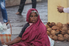 IMG_5521 (m.carmegarrigacurt) Tags: people woman india market chamundi