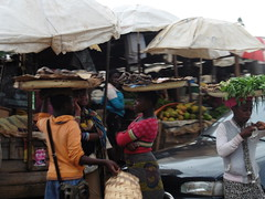 Markt in Bamenda- Waren auf dem Kopf