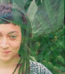 Mona, Mantis y Mara (Govinda John) Tags: girl mantis iso100 pentax retrato pentaxk1000 dreads mara cannabis analogic dobleexposicin