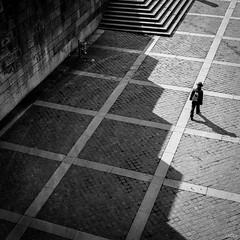 Across the light (Julien Rode) Tags: street paris lumire nb contraste portfolio rue ville carr ombres urbain pavs personnage