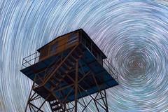 Torre de vigilancia (Alfredo Madrigal) Tags: sky night reflections stars noche nikon north astrophotography cielo astrofotografa astrofotografia estrellas astronomy polar astronomia norte reflejos polaris astronoma circumpolar astrofoto
