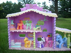 MLP House with little ponys (flores272) Tags: horse house toys outdoors mcdonalds hasbro mlp mylittlepony toyhouse