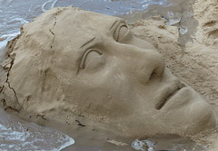 Eroding man, attacked by the river Theems, London (e) Tags: portrait england man london face river sand britain decay erosion angleterre exit portret scar sandsculpture homme headache engeland londen gezicht erosie rivier eroding hoofdpijn theems grootbrittanni stervend brexit