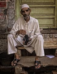 VARANASI : L'HOMME AU CHAI (pierre.arnoldi) Tags: india varanasi chai inde benares uttarpradesh photoderue portraitdhomme photocouleur photooriginale