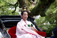 kagurame on the rikisha, Sumiyoshi-taisha, Osaka (jtabn99) Tags: kagurame miko sumiyoshitaisha shrine rikisha osaka japan nippon nihon jinrikisha 20160801 lady woman sumiyoshimatsuri
