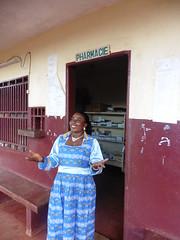 Krankenschwester vor dem Healthpost in Babouantou