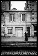Derrière le banc (Maestr!0_0!) Tags: street city people white black xpro noir fuji candid bordeaux rue blanc ville gens