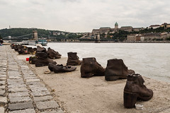 Shoes on the Danube (Fjola Dogg) Tags: city canon river memorial europe hungary capital budapest warmemorial danube evropa fljt bdapest budapete g7x evrpa ungverjaland shoesonthedanube fjoladogg dn fjladgg canonpowershotg7x