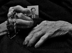 LAS ABUELAS DE LA PLAZA ... (ala_j22) Tags: desaparecidos dolor ausencia abuelasdeplazademayo hands justicia justice missing grandmothers bw