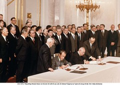 NA013477 (ngao5) Tags: people male men history writing european adult many president politics authority group american soviet document prominentpersons government leader russian premier groupofpeople signing leadership sovietunion richardnixon diplomacy treaty northamerican politicalandsocialissues middleaged legaldocument internationalrelations headofstate leonidbrezhnev governmentofficial politicalleader largegroupofpeople caucasianethnicity easterneuropeandescent easterneuropeanculture strategicarmslimitationtalks saltitreaty