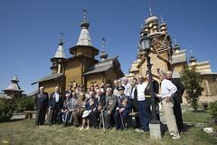 173. Еп. Арсений с ветеранами в день освобождения г.Святогорска 2008 г
