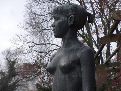 1960 Potsdam Detail Stehendes Mädchen von Fritz Cremer Bronze Freundschaftsinsel Lange Brücke in 14467