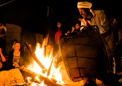 by the fire (Bruna Leticia Pinheiro) Tags: music fire drums fireplace desert marocco marrocos merzouga