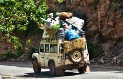 ~~Quand je pars en vacances , je n'amne QUE le stricte ncessaire !!!!~~ (Jolisa) Tags: car fun voiture route maroc landrover paille drle chargement marrakech2016
