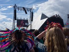 179/365 - Glastonbury Day 3 - Lana Del Rey (Spannarama) Tags: uk sunlight sunshine june festival pyramid audience stage crowd feathers glastonbury somerset garland blueskies 365 headdress 2014 lanadelrey