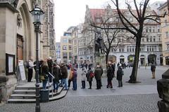 Leipzig - Schlange stehen fr die Thomaner (anton.bauer72) Tags: leipzig abschied biller thomaskirche johannsebastianbach thomaner motette