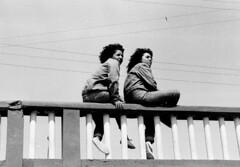 Cartagena, Chile, 1990 - 2 chicas (Marcelo  Montecino) Tags: chile boardwalk cartagena 1990