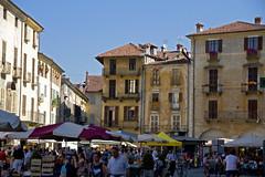 Giorno di mercato (bormanus_sv) Tags: people canon square italia gente market oldbuildings case piemonte piazza colori mercato palazzi savigliano italiadelnord