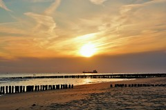 ondergaande zon bij strand (Omroep Zeeland) Tags: natuur zeeland zee zon vlissingen walcheren schip ondergaande nollestrand paalhoofden