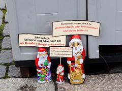 Mehr Geld ! (   flickrsprotte  ) Tags: demo protest lneburg niedersachsen weihnachtsmnner roterosen flickrsprotte