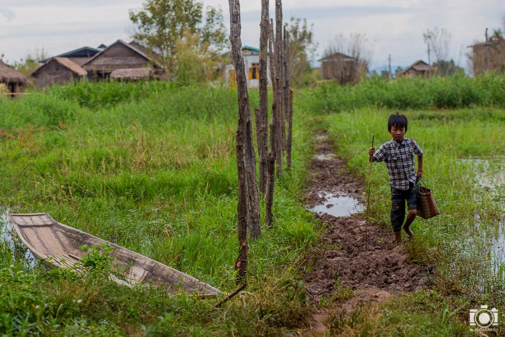 Niño camino de la escuela en Kan Hla Ywa, en Inle Lake (Myanmar)