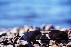 Lentes de sol tomando sol (Constanza Romero L.) Tags: chile summer naturaleza lake sol beach nature sunglasses lago sony playa verano gafas alpha lentes villarrica